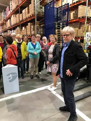 Markku Laakso kierrättämässä postcrossaajia Paletin tuotantotiloissa elokuussa 2017